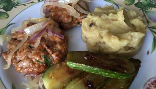 (Português do Brasil) Hambúrguer de porco com purê de batata doce e cebola
