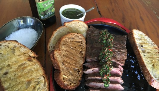 (Português do Brasil) Fraldinha com chimichurri e pão Sordough com azeite