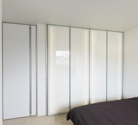 Modern dressing met glazen deuren van Dress-a-way