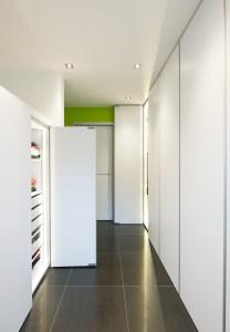 Plafondhoge inbouwkasten op maat met moderne materialen.