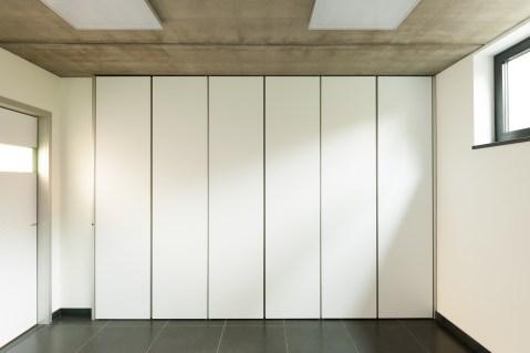 Witte strakke inbouwkasten bureau