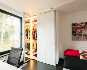 Witte inbouwkast op maat met spiegel in de deuren