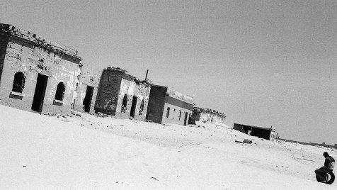 Die Westsahara wird durch eine von der marokkanischen Armee errichtete, 2.400 Kilometer lange Befestigungslinie in zwei Teile getrennt. Während das Königreich Marokko etwa zwei Drittel besetzt hält, befindet sich der östliche Teil der Westsahara unter der Kontrolle der Polisario, der Befreiungsfront für die Westsahara. Bild: ARTE France