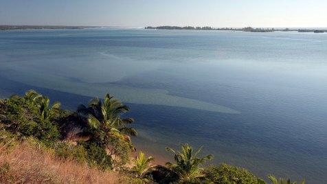 Eine strahlend weiße Sandbank erstreckt sich zwischen dem Indischen Ozean und dichten Mangrovenwäldern. Bild: ARTE France / © Earth-Touch