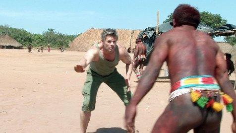 Der Autor Roland Garve verlor seinen Ringkampf gegen einen Kalapalo-Indianer vor 20 Jahren, jetzt will er Revanche - mit Erfolg? Bild: NDR/Christian Büttner