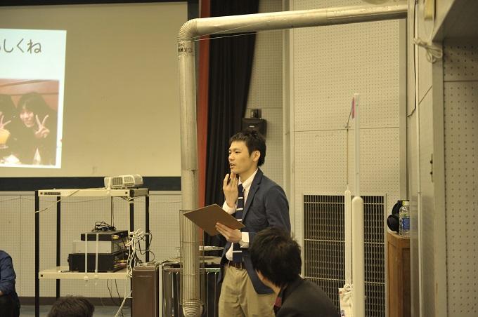 カタリ場当日、運営責任者としてキャストをサポートする横山さん