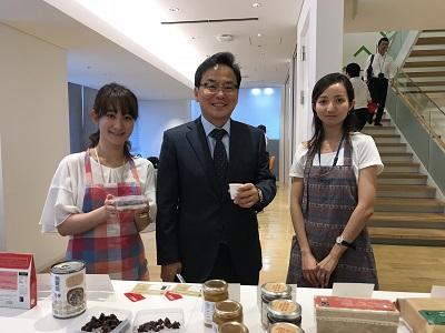 デロイトでの社内販売会の様子:左からデロイト潮﨑さん、代表執行役社長 宋 修永さん、石井さん