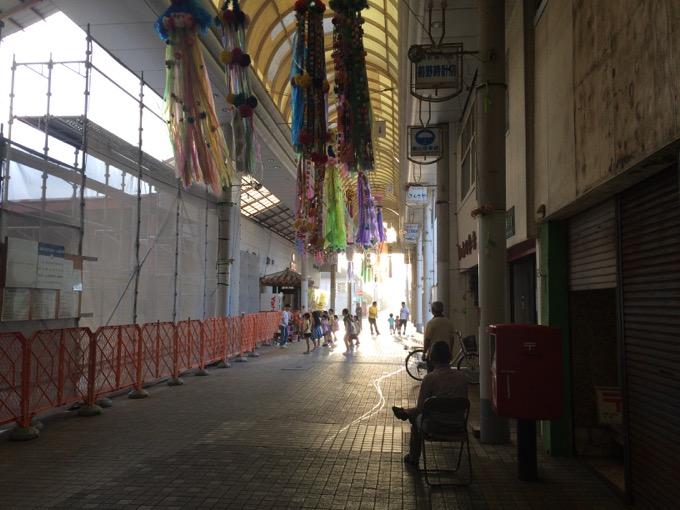 工事中のモール(左側)、ダンス教室(中央)、眺める人