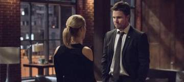 "Arrow -- ""Dangerous Liaisons""-- Image AR519a_0008.jpg -- Pictured (L-R): Emily Bett Rickards as Felicity Smoak and Stephen Amell as Oliver Queen/The Green Arrow -- Photo: Diyah Pera/The CW -- © 2017 The CW Network, LLC. All Rights Reserved."