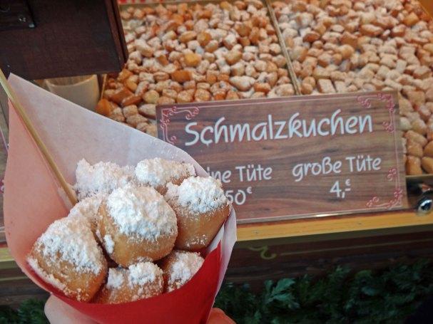 Pyszne Schmalzkuchen na jarmarku bożonarodzeniowym w Hamburgu