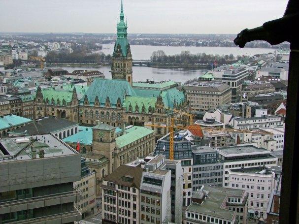 panorama-hamburga-punkt-widokowy-Manchmal-St-Nikolai-hamburg-kosciol-mikolaja-najwyzszy-wieza-niemcy-pomnik-wojna