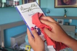 limpando-livros-estante-dy-colares