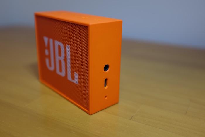 右側面は外部音声入力と充電用USBポート