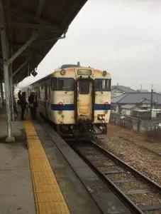 複数車両ある電車から一両のみの電車にのりかえます。