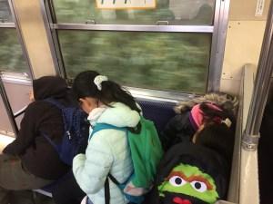 次の乗り換えまで寝る人続出