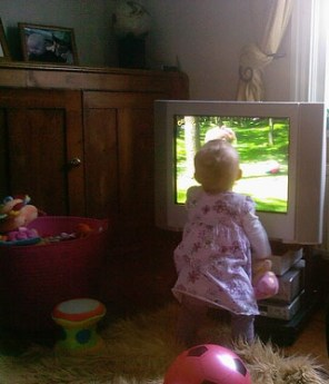 TV hurts children\'s language development
