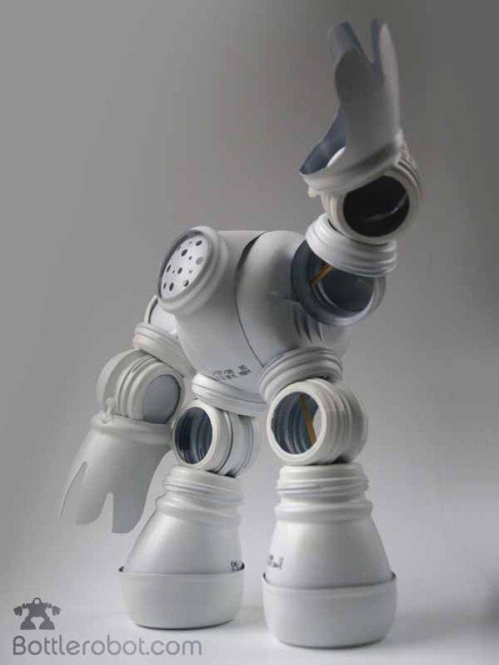 Bottlerobot. Robots con trozos de botellas plásticas recicladas