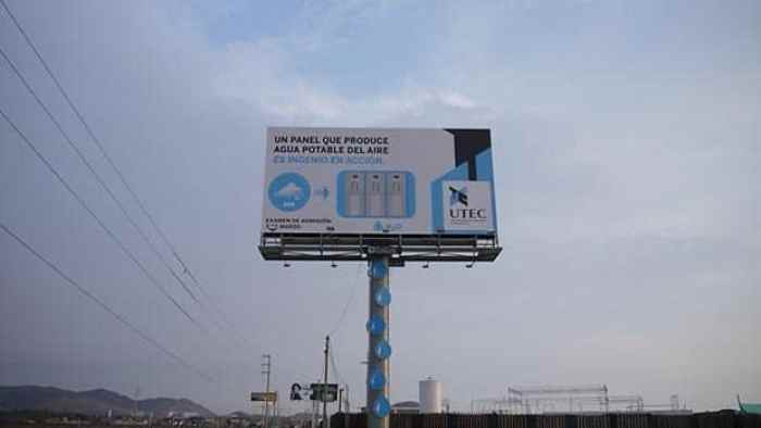 Un panel publicitario que produce agua potable del aire