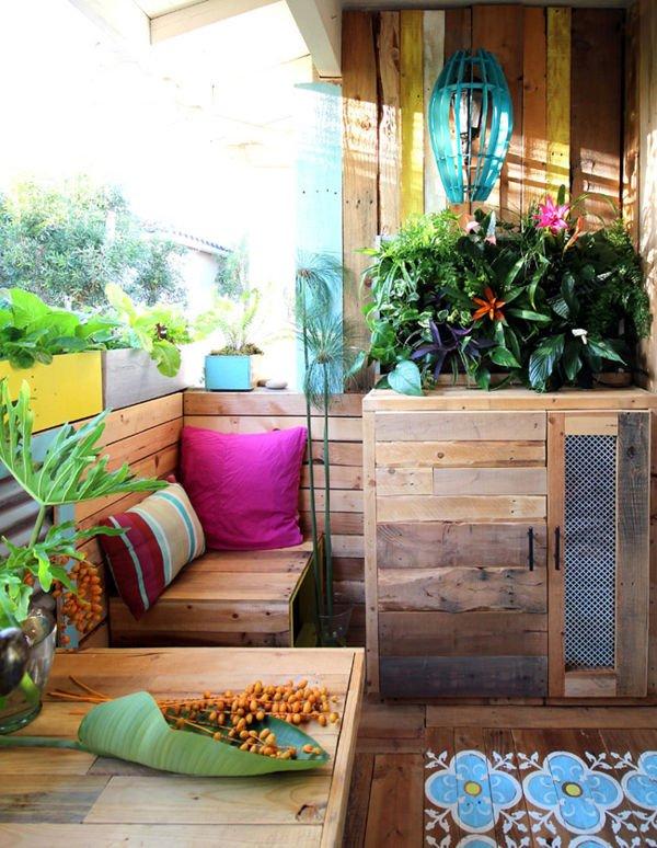 Una terraza completamente hecha con palets