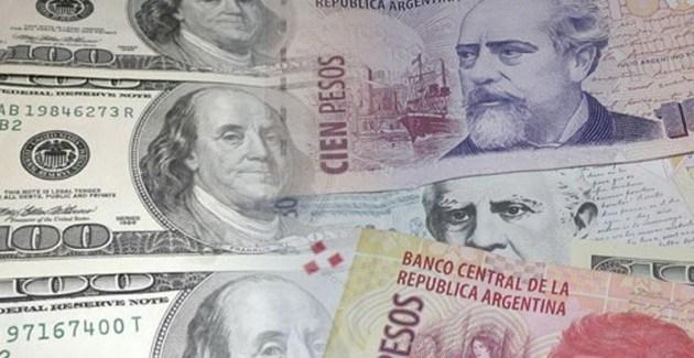 El peso argentino continúa su caída frente al dólar