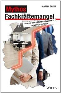 Fachkräftemangel auf der einen und hohe Arbeitslosenzahlen auf der anderen Seite - irgendetwas läuft gewaltig schief auf Deutschlands Arbeitsmarkt. Was, das zeigt Martin Gaedt in diesem Buch: Schonungslos bringt er die Arroganz der Unternehmen bei Bewerbungsverfahren ans Licht und spricht Klartext in Sachen Fachkräftemangel und BrainDrain. Gaedt offenbart an Beispielen, wie Arbeitsagenturen auf Versagen programmiert sind und wie hilflos die Politik wirklich ist. Wenn die Konjunktur den Arbeitsmarkt belebt, mag das vielleicht oberflächlich beruhigen - doch das verhindert nicht, dass Regionen endgültig ausbluten und hochqualifizierte Arbeiter zu Firmen im Ausland abwandern. Mit seinem Buch nimmt Martin Gaedt das Grundproblem ins Visier: Arbeitsuchende und Arbeitgeber finden einfach nicht zusammen. Und Wirtschaft und Gesellschaft biegen auf die Verliererstraße. Ein Buch, das Unternehmen die Leviten liest und Politiker aus dem Dornröschenschlaf holt.