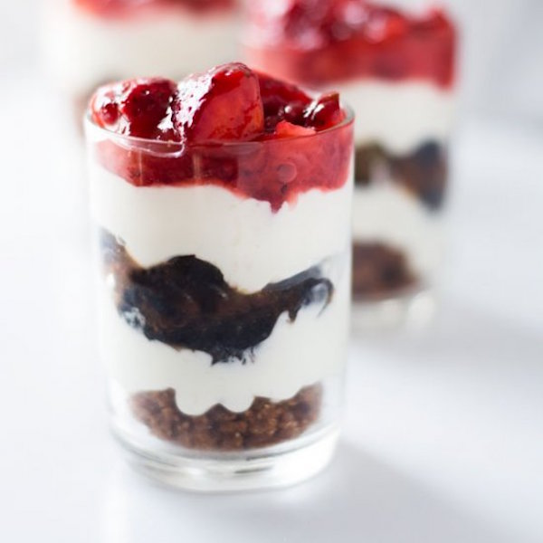 berry cheesecake shooters with pie crumble