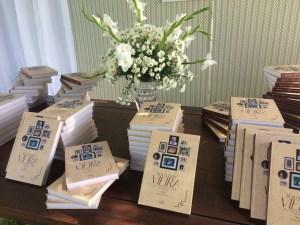 """A obra """"Raimundo Vieira – Uma vida dedicada à família e ao trabalho"""" foi entregue aos convidados da festa de aniversário de 95 anos do biografado."""