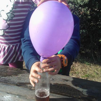 Infla un globo con una botella, vinagre y bicarbonato