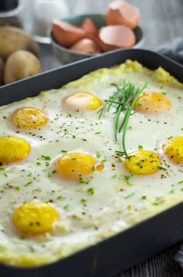 Kartoffelbreiauflauf mit selbstgemachtem Rahmspinat und Spiegelei. Kindheit pur! Mashed potatoes with spinach and eggs - as a casseriole! Easy and VERY yummy. Recipe also in english. www.einepriselecker.de