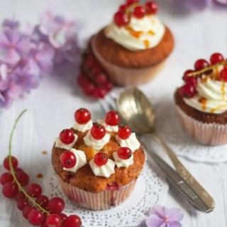 Johannisbeercupcakes mit Frischkäsetopping und Salzkaramell. Super lecker!