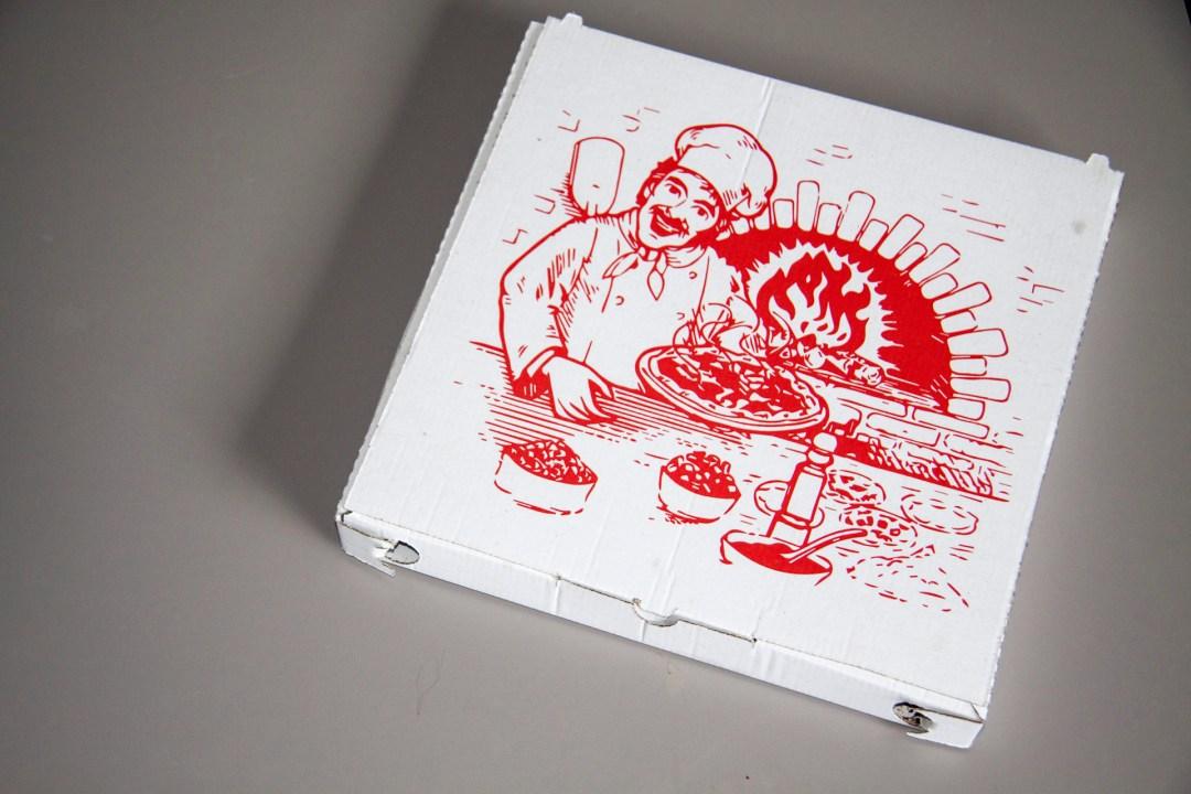 Nehmt als erstes einen Pizzakarton.