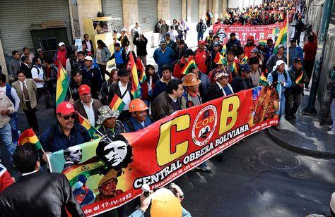 Movilización de la COB y trabajadores de Enatex por el centro paceño, el pasado 23 de junio de 2016. Foto: Ángel Illanes