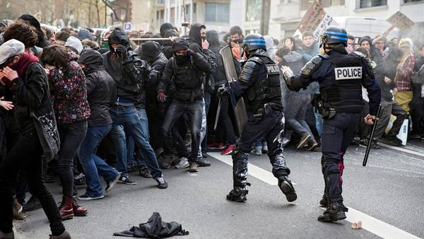 Enfrentamiento-manifestantes-lacrimogenos-Paris-EFE_CLAIMA20160405_0238_28