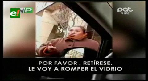 """Viral: """"Cuida autos"""" amenaza con romper el vidrio de un vehículo si no le pagan 5 bs"""