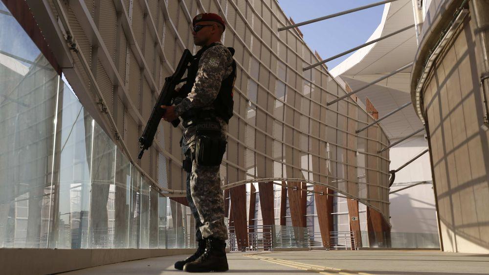BRA01 RÍO DE JANEIRO (BRASIL), 05/07/2016.- Un miembro de la Fuerza de Seguridad Nacional monta guardia en la Arena Carioca 1 hoy, 5 de julio de 2016, en las instalaciones del Parque Olímpico, durante el inicio de las operaciones de seguridad en las instalaciones olímpicas para Río 2016, en Río de Janeiro (Brasil). EFE/Marcelo Sayão