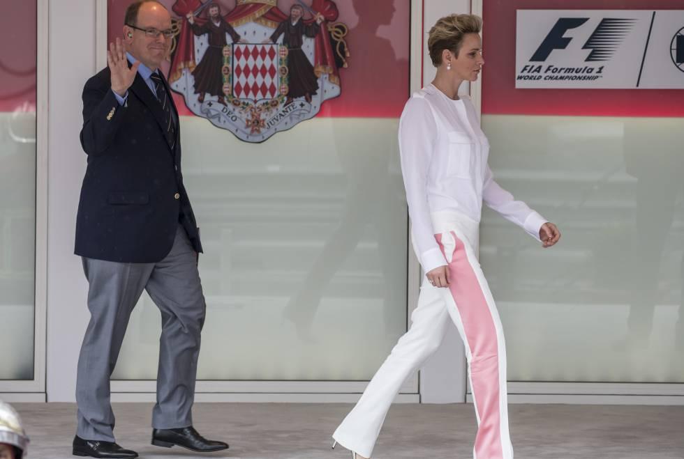 Charlene camina delante de Alberto, en el Gran Premio de Montecarlo.