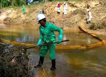 Trabajadores hacen labores de limpieza en la zona del derrame.