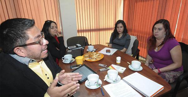 Dorian Badani, Claudia Acosta, Cecilia Urquieta y Tamara Núñez del Prado, en uno de los momentos del debate convocado por el diario EL DEBER en la ciudad de La Paz