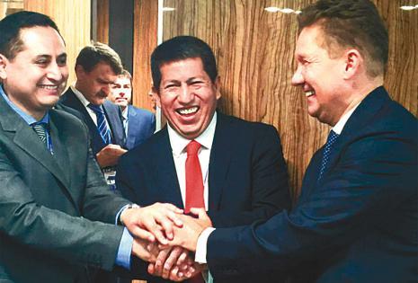 En Rusia, Sánchez rubricó acuerdos con  el consejero delegado de Gazprom, Alexei Miller (derecha)