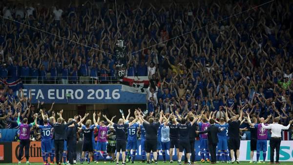 Islandia festeja tras el pase a cuartos de final de la Eurocopa 2016. (EFE)