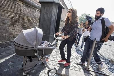 Francesca Chaouqui, junto a su hijo recién nacido a su llegada al juicio por filtración de documentación clasificada del Vaticano conocida como el escándalo de Vatileaks. EFE