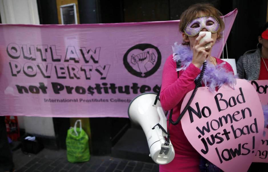 Representante del Colectivo Inglés de Prostitutas manifestándose en las calles del Soho londinense. (Reuters/Adam Winning)