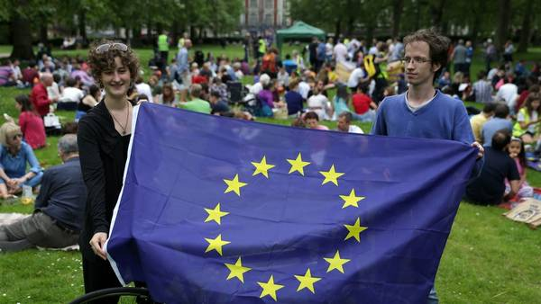 Estrellas. Una bandera de la UE, este sábado, durante un picnic contra el Brexit en el Green Park en Londres. /AFP