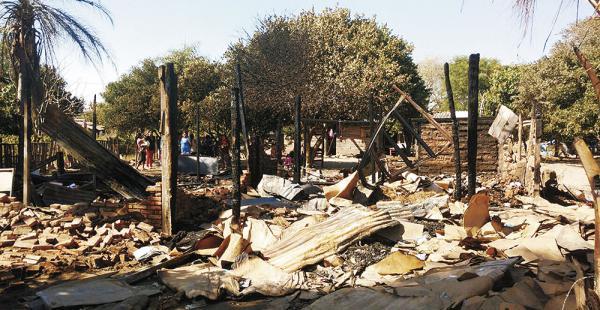 La vivienda de Guillermina López quedó reducida a escombros por el fuego. Una vecina prestó su solar para que las víctimas se cobijen