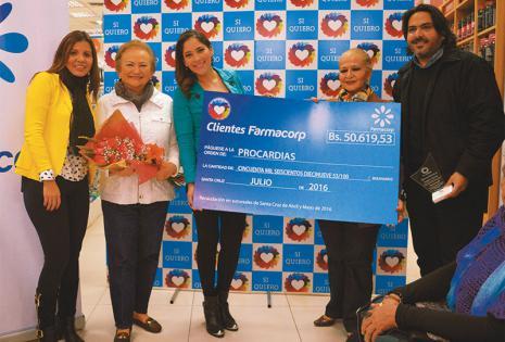 con el soñado premio. Vivian Galvarro, Rosario Paz, Angélica Mérida, Cristina Guachalla  y Gabriel Crespo