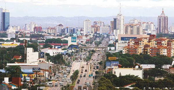Vista panorámica de la avenida Cristo Redentor, quinto anillo, una de las vías más transitadas