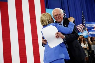 Abrazo y respaldo entre Hillary Clinton y Bernie Sanders. / AP