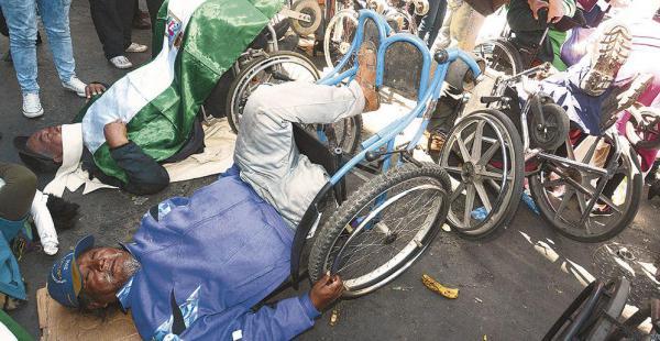 Las personas con discapacidad sufren en la vigilia que hacen al aire libre en la ciudad de La Paz