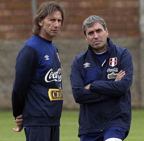 El técnico, Ricardo Gareca y el preparador físico, Nestor Bonillo (der.).
