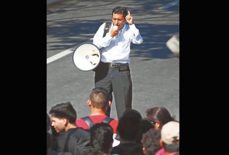 Antonio Cadima se convirtió en el protagonista sorpresa de las elecciones. Con un megáfono logró competir para el rectorado